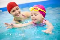 Dobrá máma ví, jak naučit své dítě plavat